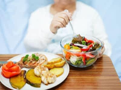 ¿Cómo alimentar a una persona con Alzheimer?