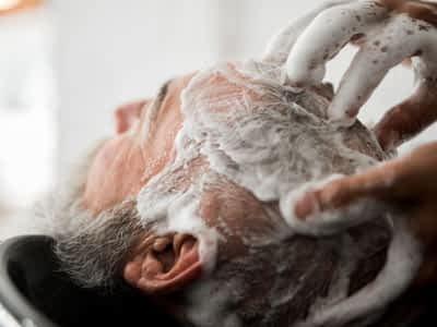 Lavar el pelo a un paciente encamado